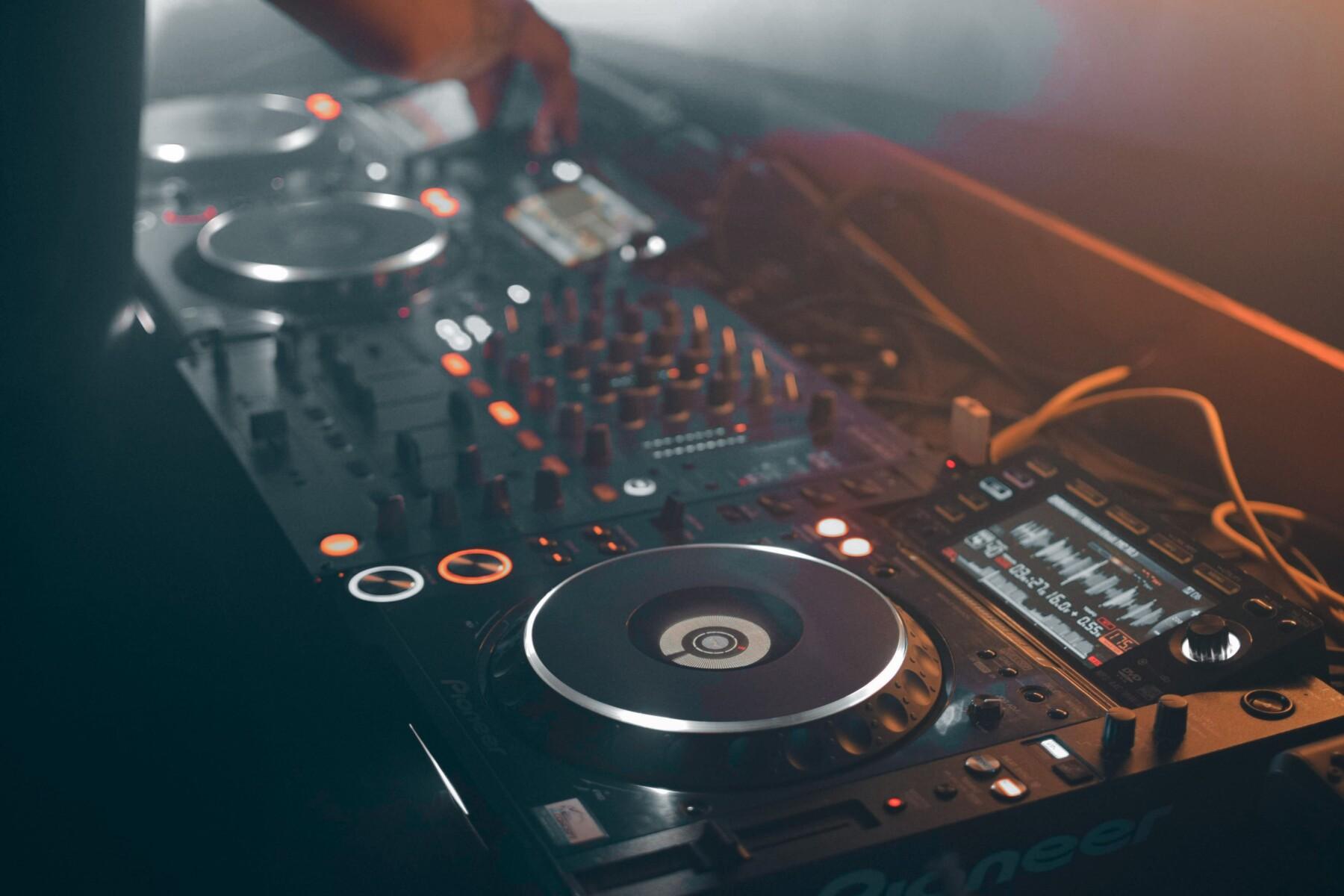 Plaatje van een DJ's booth
